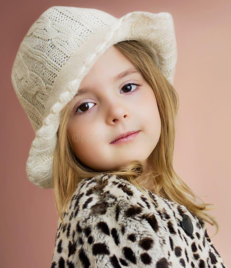 Reizendes Kindermädchenporträt Junge Modellaufstellung Modekinderabschluß lizenzfreies stockfoto