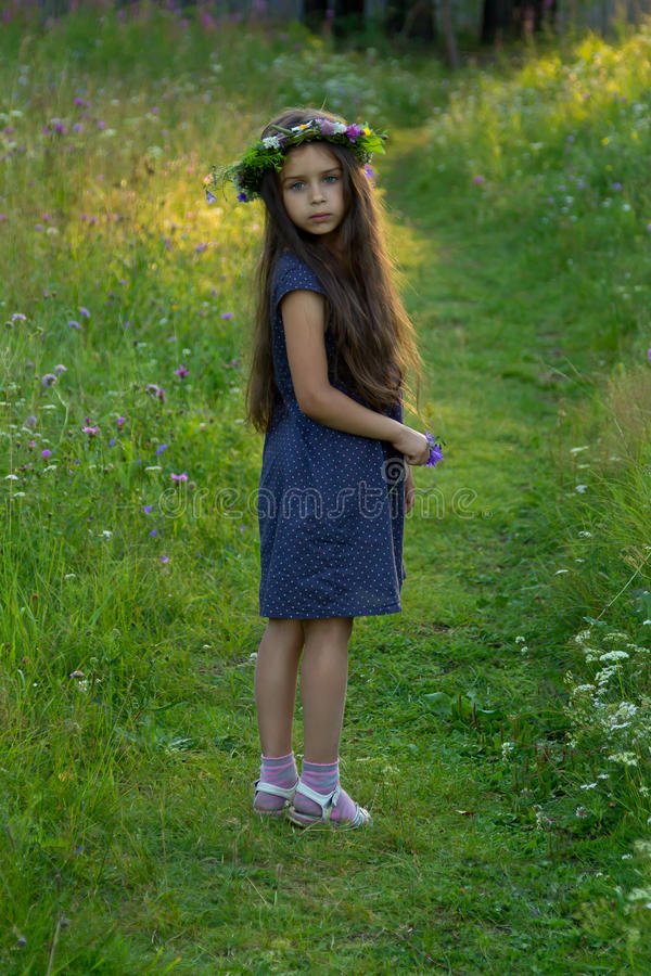 Reizendes kleines Baby mit Blumenkranz auf ihrem Kopf lizenzfreies stockbild