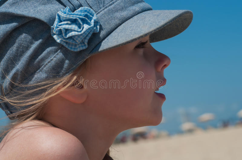 Reizendes kleines Mädchen in der Denimkappe lizenzfreie stockbilder