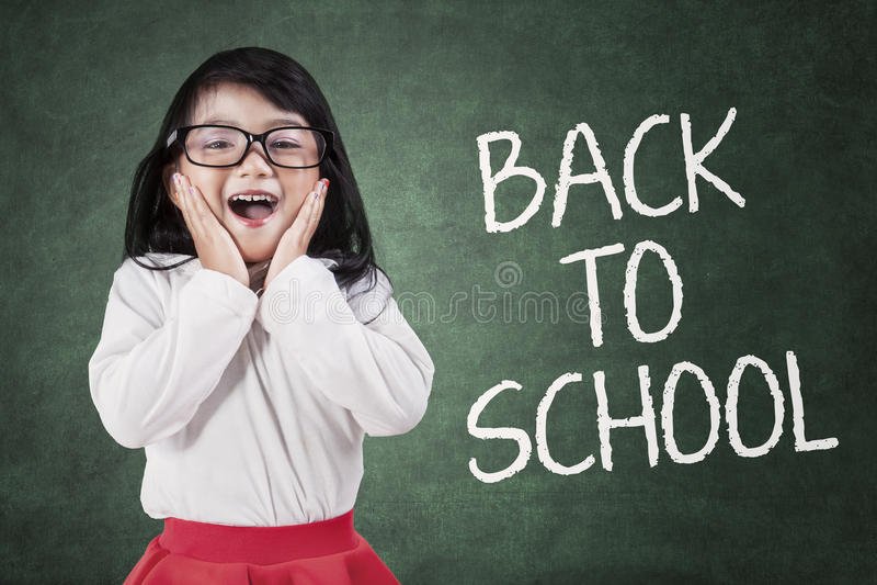 Reizendes kleines Mädchen zurück zu Schule stockfoto