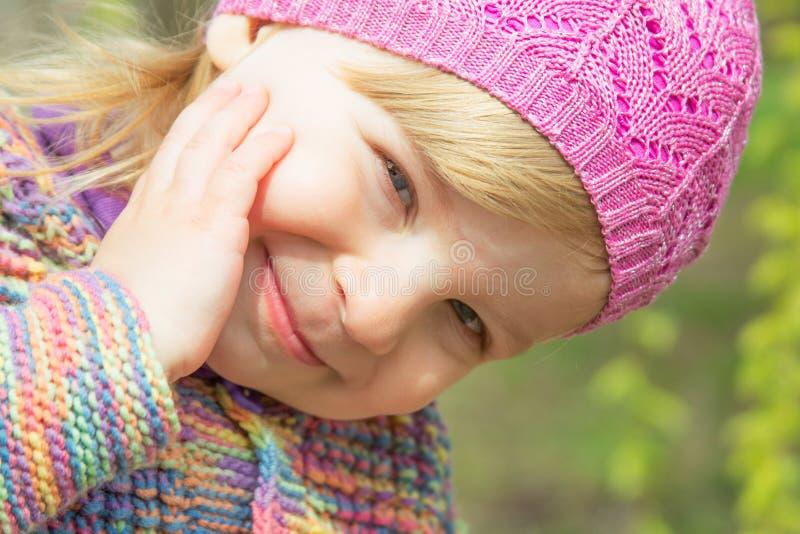Reizendes lächelndes Babygesicht lizenzfreie stockbilder