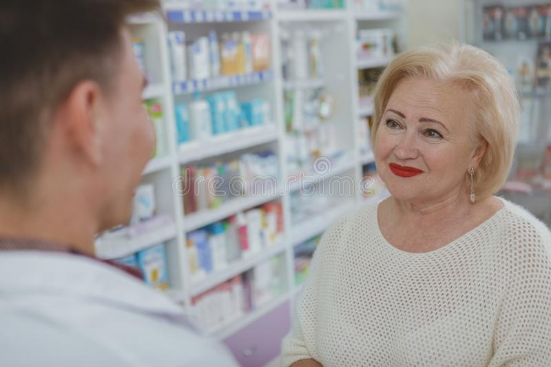 Reizendes ?lteres Fraueneinkaufen am Drugstore stockbild