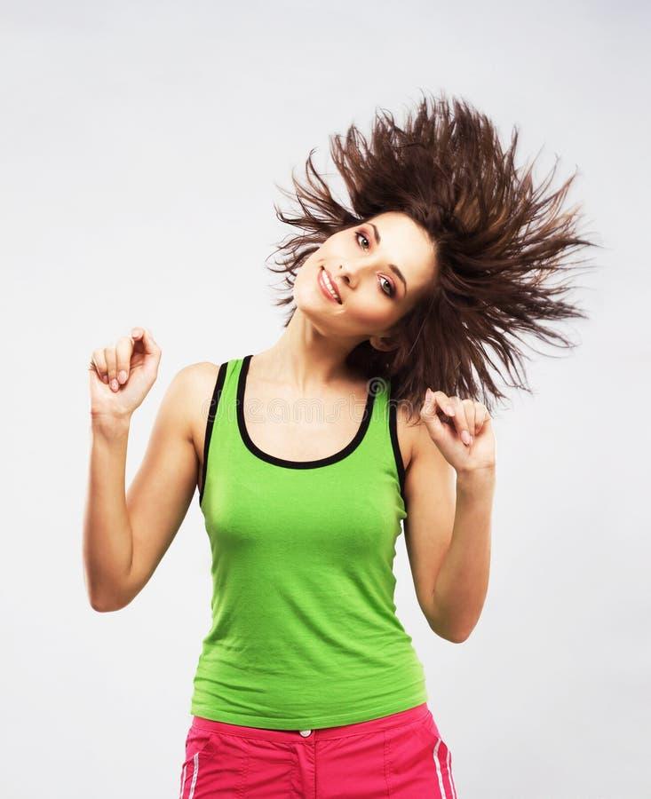 Reizendes Mädchen, das Spaß mit dem Rütteln ihres Haares hat lizenzfreies stockfoto
