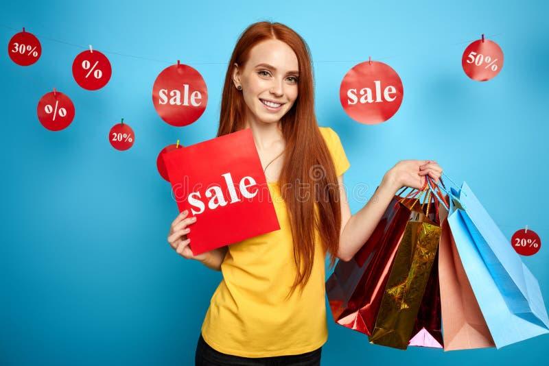 Reizendes Mädchen hat großen Verkauf im Einkaufszentrum gefunden stockfotos