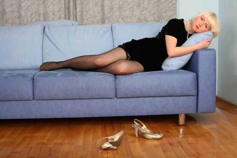 Reizendes Mädchen im Sofa stockfotografie