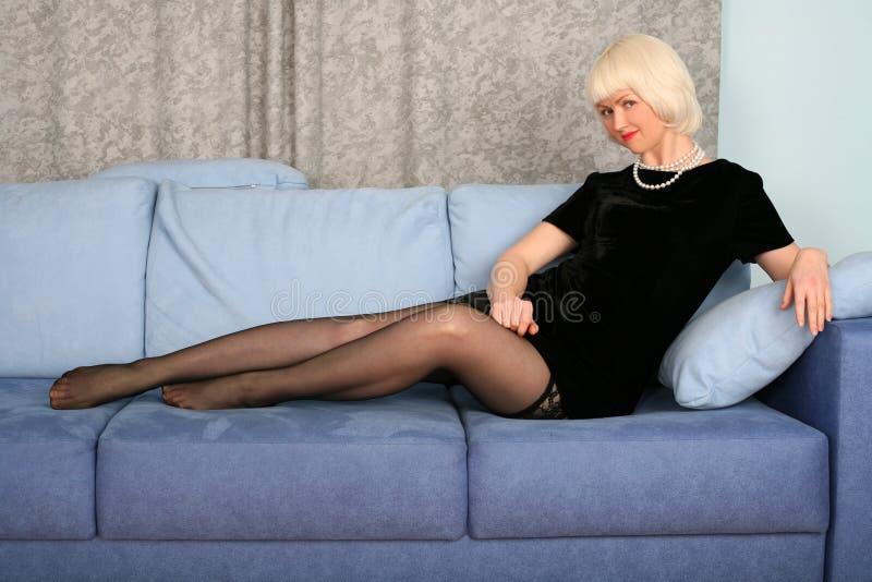 Reizendes Mädchen im Sofa stockbilder