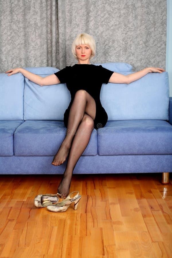 Reizendes Mädchen im Sofa stockfotos