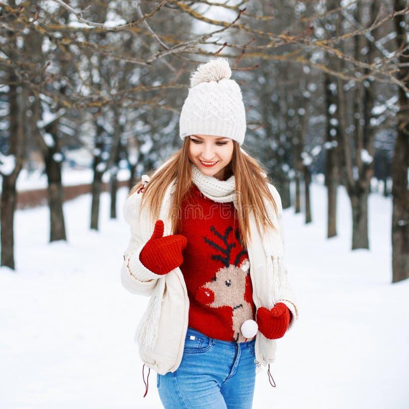 Reizendes Mädchen mit einer stilvollen Retro- Strickjacke, eine weiße Winterjacke stockfotos