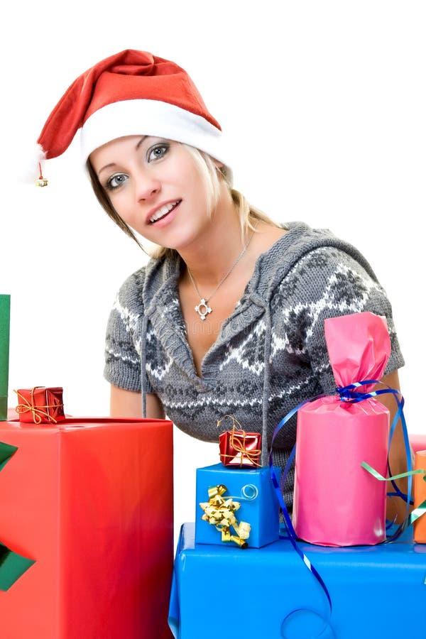 Reizendes Mädchen mit Geschenken lizenzfreie stockbilder