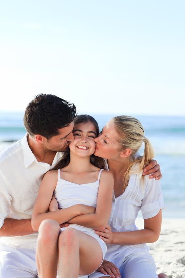 Reizendes Mädchen mit ihren Muttergesellschaftn stockfoto