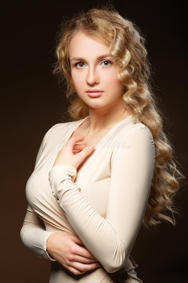 Reizendes Modell mit dem gelockten Haar des glänzenden Volumens stockbilder