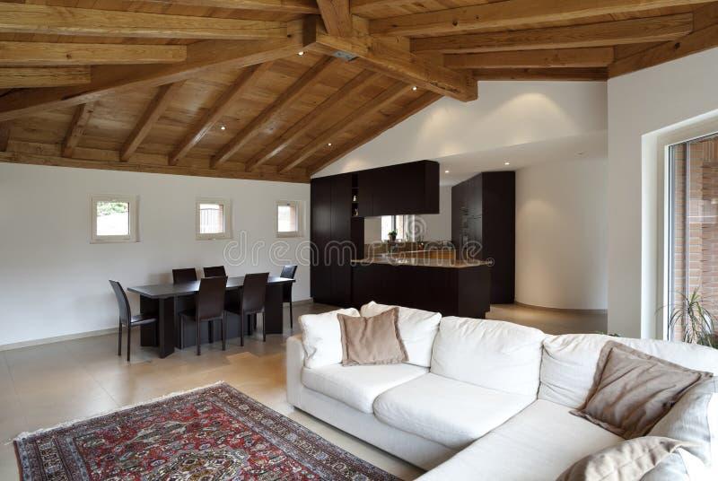 Reizendes neues Haus, moderner Innenraum stockbilder