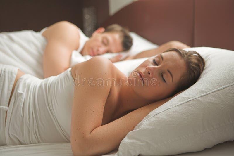 Reizendes Paar schläft morgens lizenzfreie stockfotos