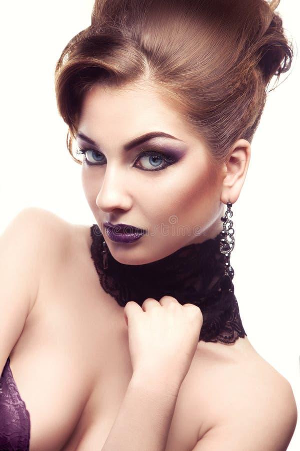 Reizendes Porträt der sexuellen erwachsenen Frau mit bilden und hairstyl lizenzfreies stockfoto