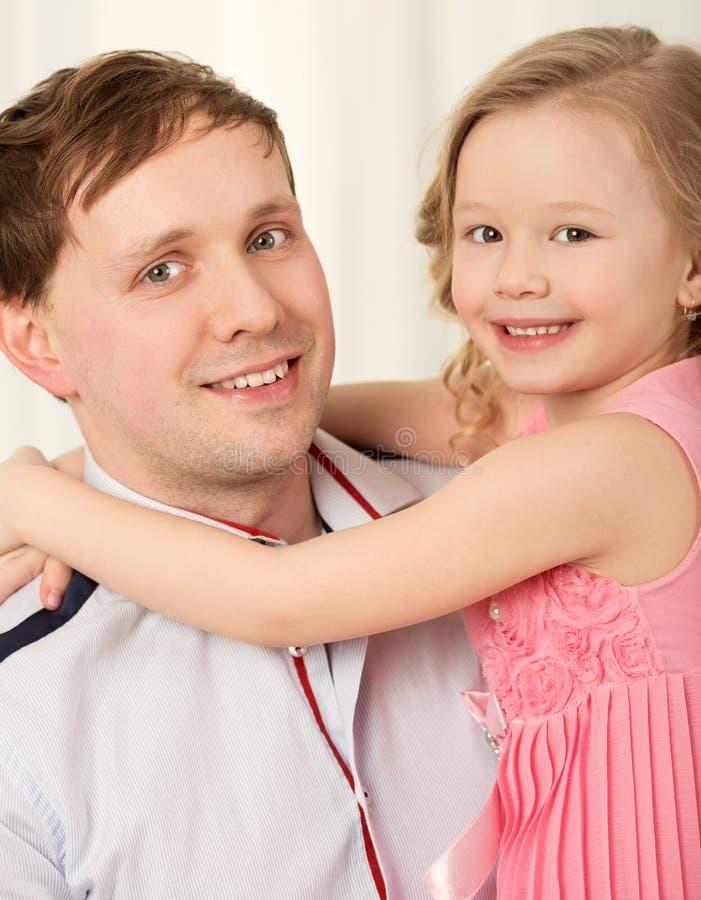 Reizendes Porträt des Vaters und der kleinen Tochter stockbilder