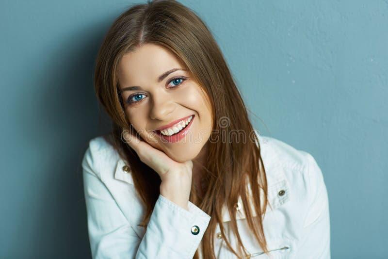 Reizendes Portrait der jungen Frau lizenzfreies stockbild