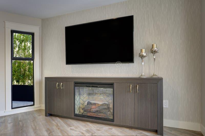 Reizendes Wohnzimmer mit Detail von Fernsehen und von Kamin lizenzfreie stockfotografie