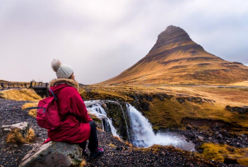 Reiziger bij beroemde Kirkjufellsfoss-waterval in IJsland stock foto's