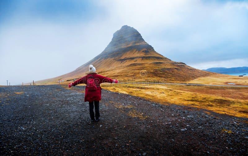 Reiziger bij beroemde Kirkjufellsfoss-waterval in IJsland royalty-vrije stock foto