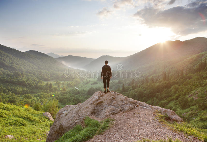 Reiziger die bij de bergen staren stock foto