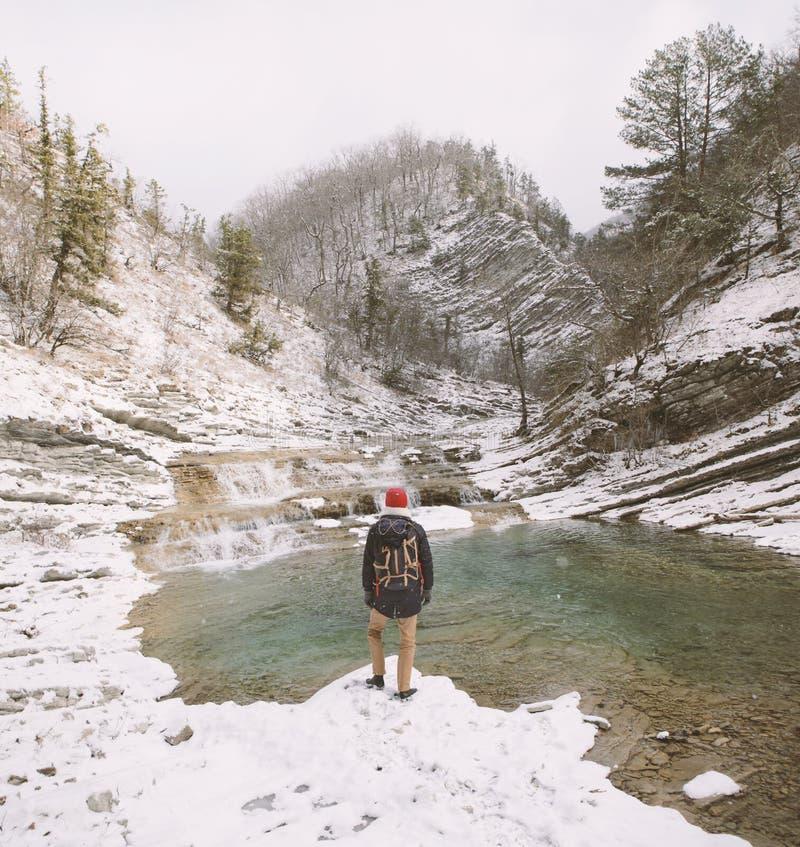 Reiziger die bij de rivier staren royalty-vrije stock foto's