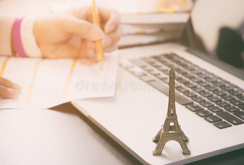 Reiziger die een reis plannen aan Parijs Frankrijk De arbeider vraagt Visum aan Frankrijk aan royalty-vrije stock fotografie