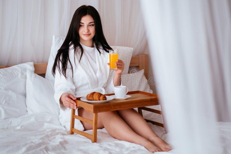 Reiziger die een rust nemen die in comfortabele hotelruimte ontspannen stock foto's