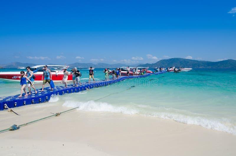 Reiziger die op de plastic doosbrug aan het koraaleiland lopen royalty-vrije stock foto's