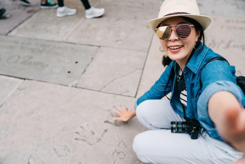 Reiziger die selfie met palmteken nemen op grond stock fotografie