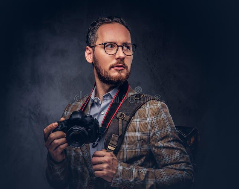 Reiziger en fotograaf Studioportret van knappe gebaard royalty-vrije stock fotografie