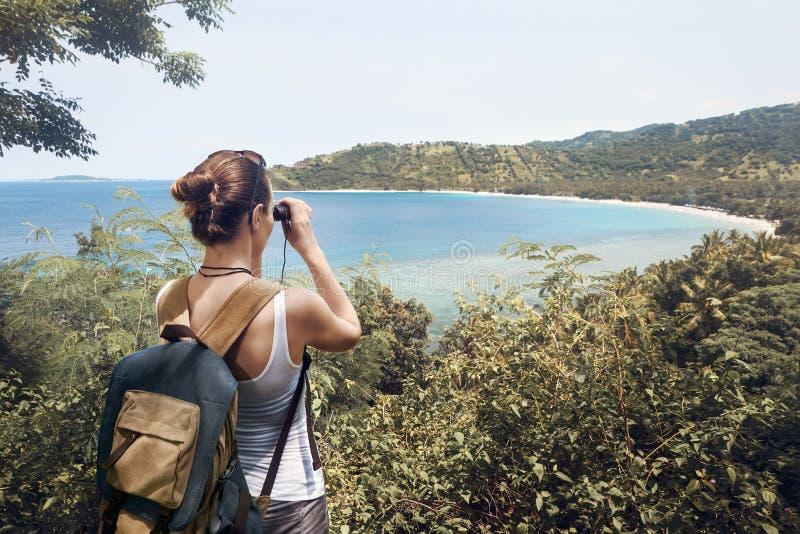 Reiziger met backpacker en verrekijkers in handen die van mening genieten stock foto's