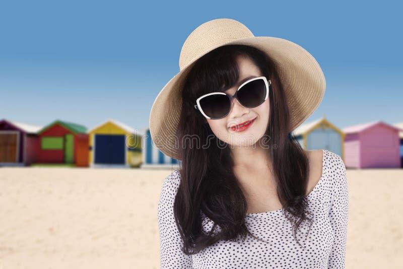 Reiziger met lang haar bij kust stock afbeeldingen