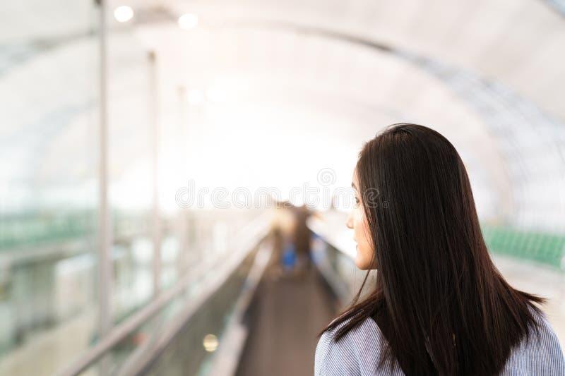 Reiziger met reiszak of bagage die in de luchthaven eindgang lopen voor lucht het reizen De motie van het onduidelijke beeld royalty-vrije stock foto's