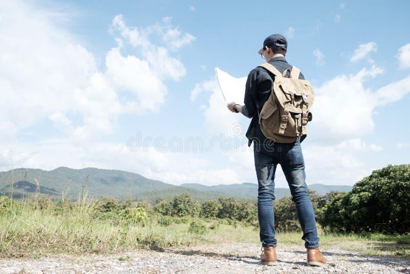 Reiziger met rugzak openlucht ontspannen stock foto's