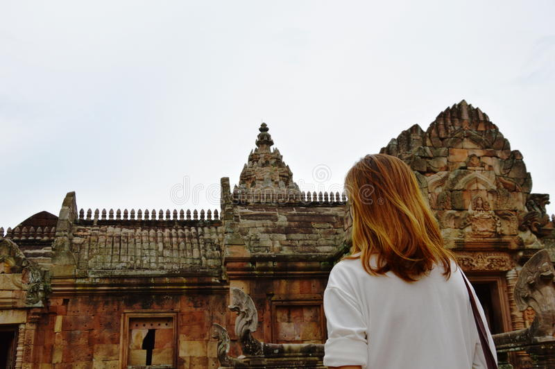 Reiziger op Phanom-het kasteel van de Sportsteen in Thailand stock fotografie