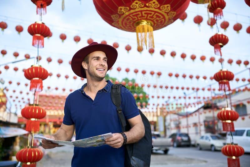 Reiziger op stadsstraat royalty-vrije stock fotografie