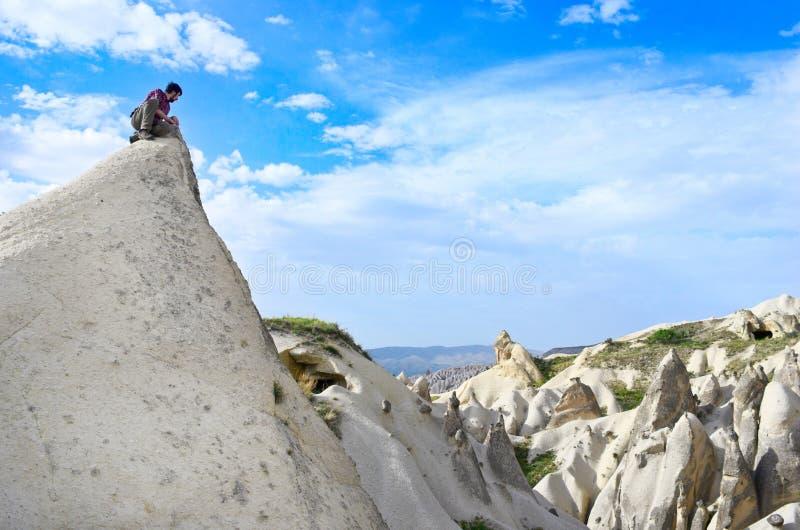 Reiziger tegen de achtergrond van bergenlandschap royalty-vrije stock fotografie