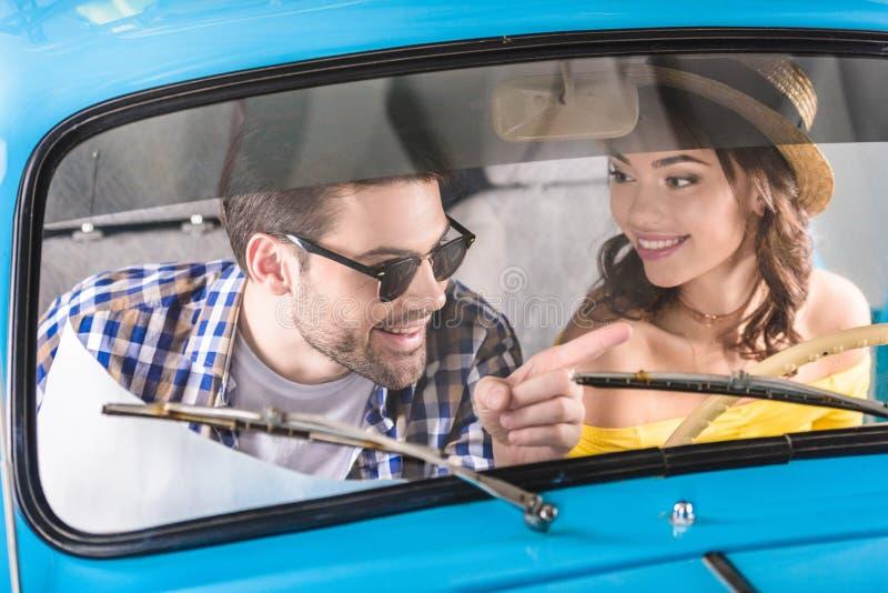 Reizigers die auto drijven royalty-vrije stock afbeeldingen