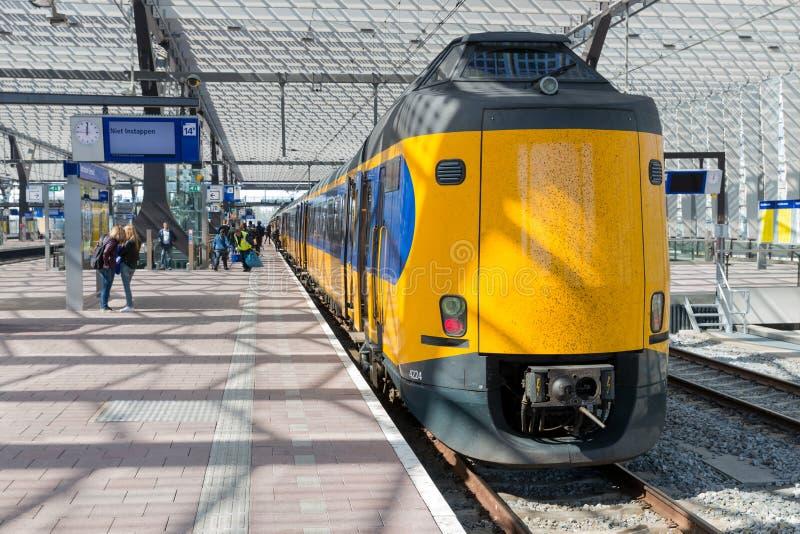 Reizigers die een Nederlandse hoge snelheidstrein ingaan stock foto's