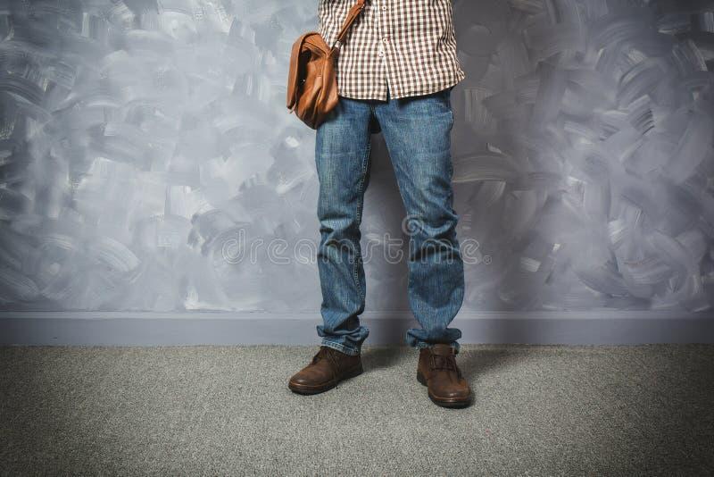 Reizigers jonge mens Aziaat met leerzak stock fotografie