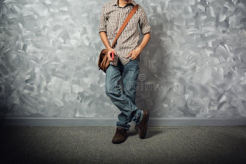 Reizigers jonge mens Aziaat met leerzak stock foto