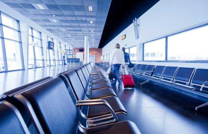 Reizigers in luchthaven stock afbeelding
