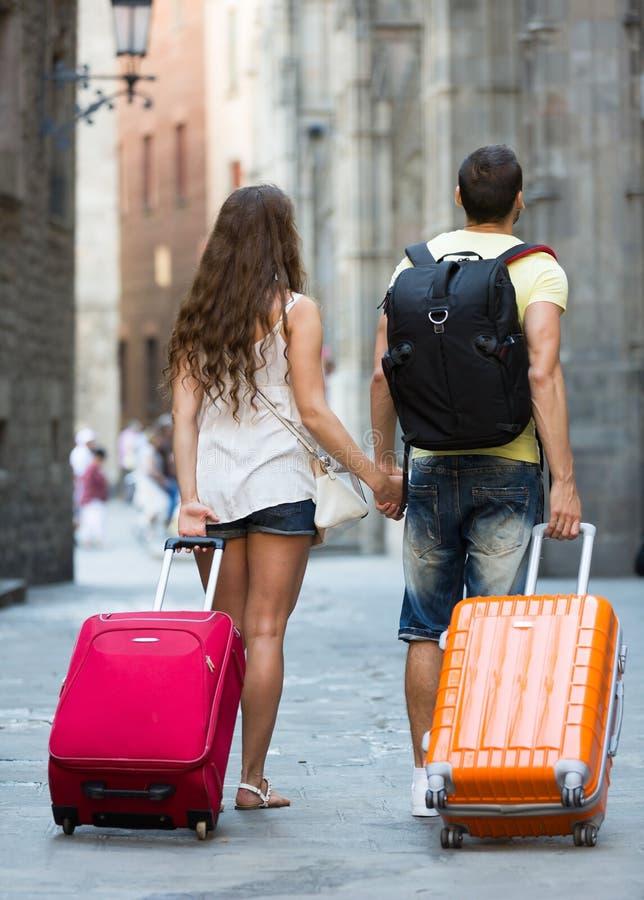 Reizigers met bagage in de straat royalty-vrije stock foto