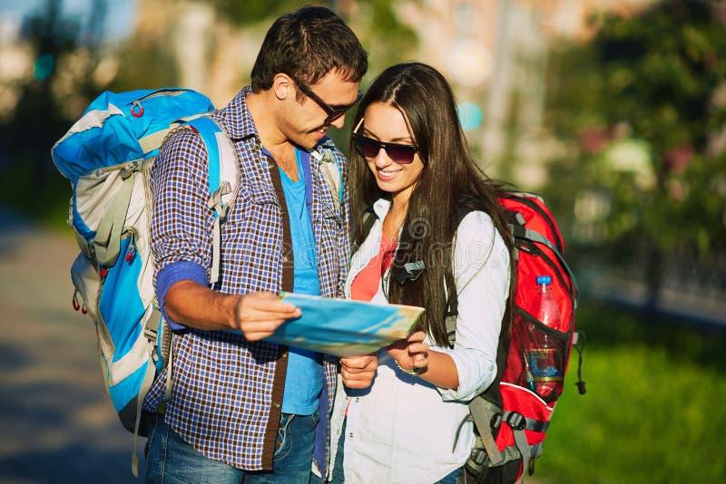 Reizigers met kaart stock foto