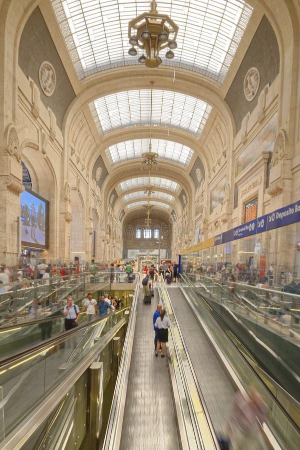 Reizigers in Milan Central Train Station, Milaan, Italië royalty-vrije stock afbeeldingen