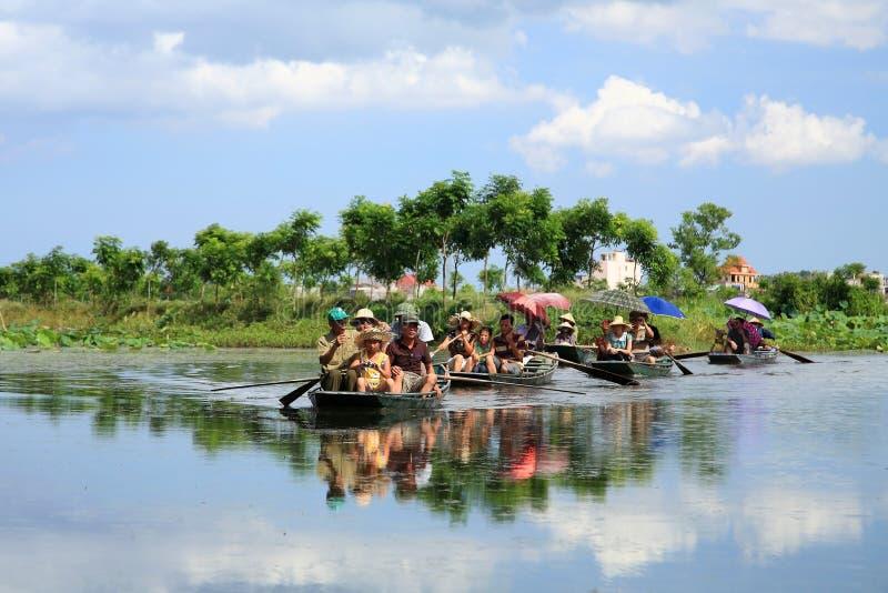 Reizigers op boten om padievelden op rivier te bezoeken stock afbeeldingen