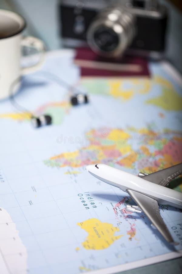 Reizigers` s toebehoren op blauwe houten achtergrond Essentiële vakantiepunten, de achtergrond van het Reisconcept royalty-vrije stock foto's