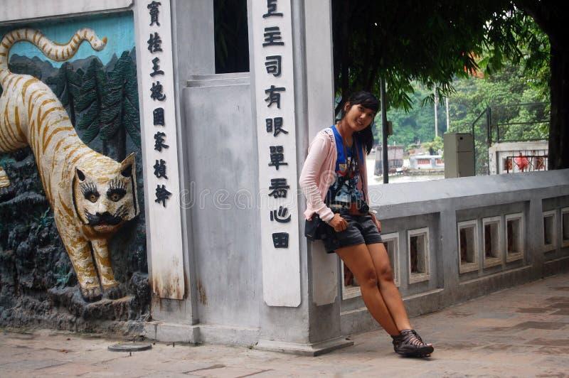 Reizigers Thaise Vrouw bij Ngoc-Zoonstempel in Hanoi royalty-vrije stock foto