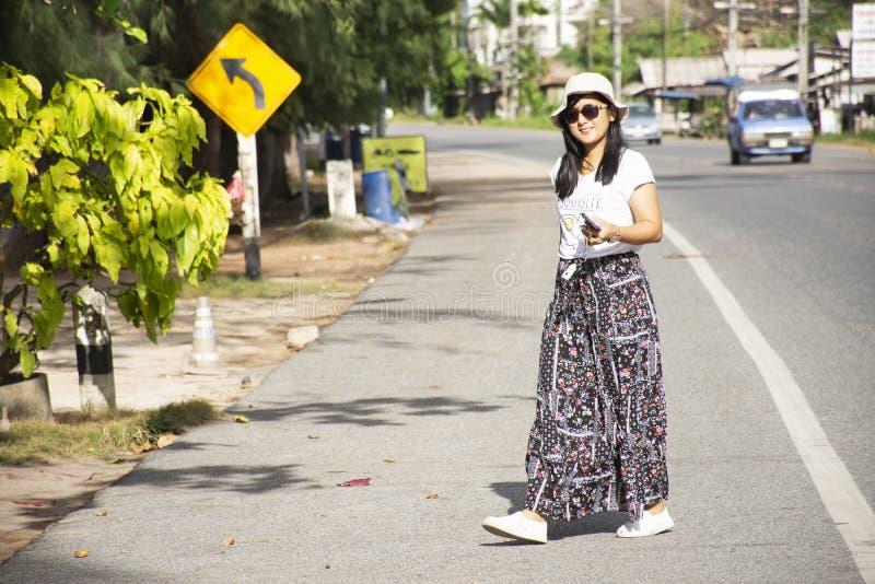 Reizigers Thaise vrouw die naast weg na over de straat van Verbodsphe in Rayong, Thailand lopen stock afbeeldingen