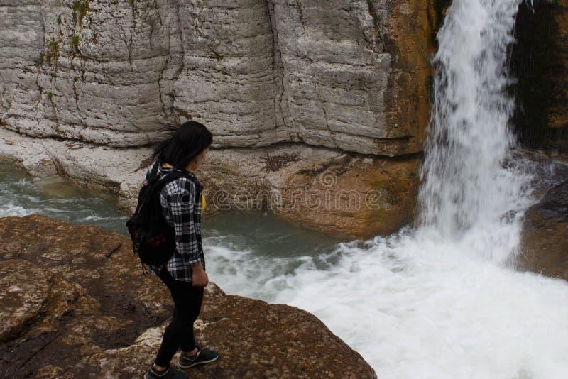 Reizigersmeisje die in watervalcanion lopen Reisavontuur en wandelingsactiviteit, actieve en gezonde levensstijl royalty-vrije stock foto